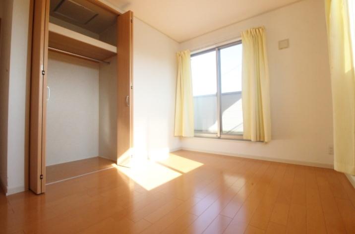 バルコニーに面した大きな窓。室内に明るい光が差し込み快適な暮らしをお約束します!!