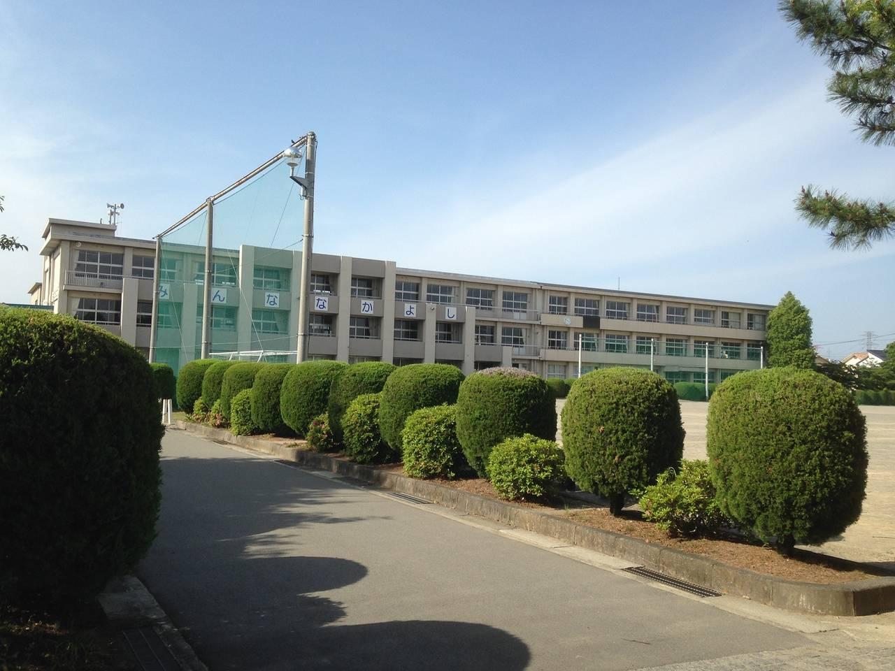 赤坂中学校まで徒歩13分 約1000m