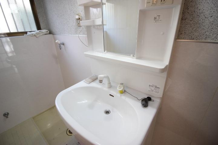 シンプルな洗面台ですが便利なハンドシャワーつき