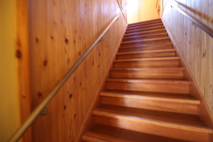 木目が特徴的な階段には手すりが付いています