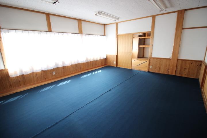 ミニキッチンがついた2階15畳のお部屋は明るく開放感のある空間です