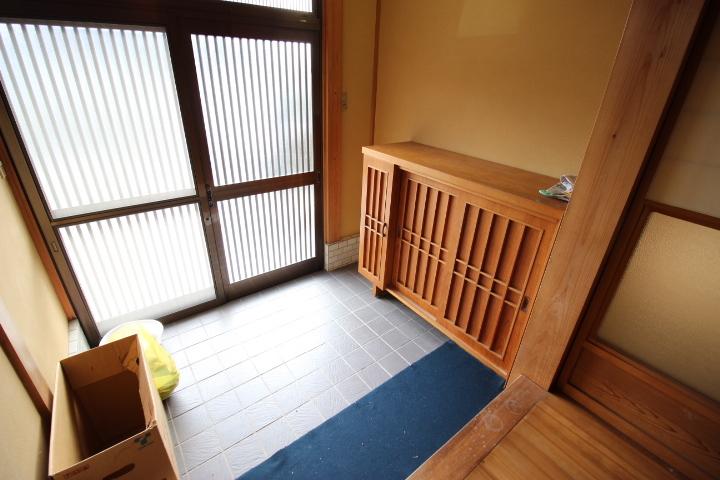 正面玄関には靴などを収納できるもの入れが設置されているのですっきりと使えます