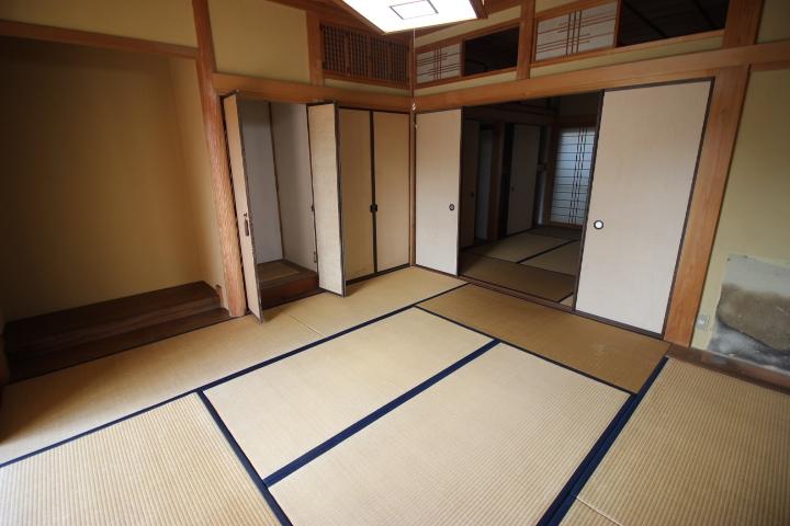 8畳和室には床の間、仏間、押入れがあります。
