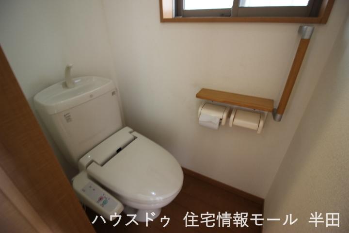 綺麗ですっきりとしたトイレです トイレの床まで木のフローリングを使用 統一感があって素敵ですね