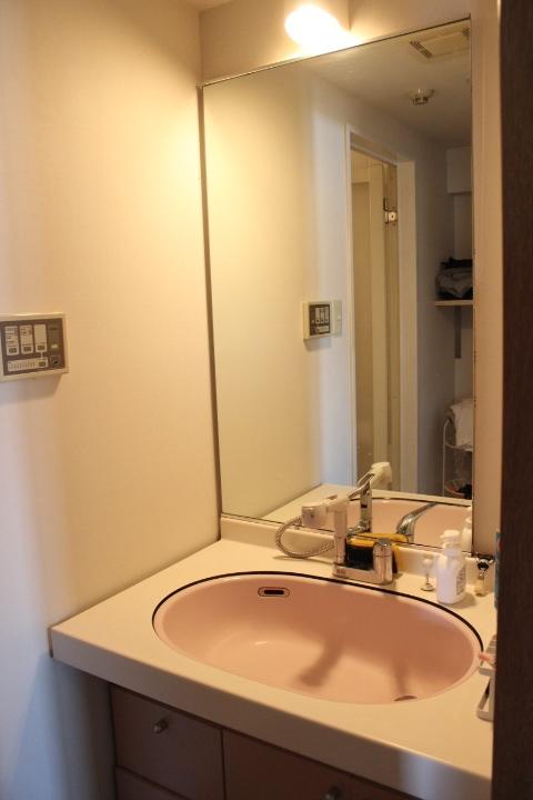 大きな鏡の洗面台です 朝の身だしなみチェックも念入りにできますよ