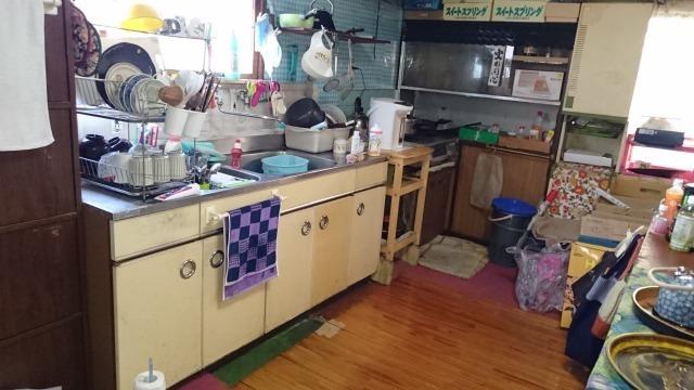 窓があるので臭いがこもりがちなキッチンの換気に便利です。
