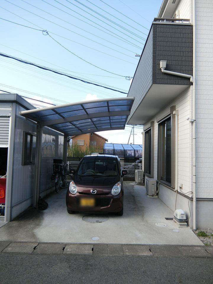 駐車2台可能です。 雨の日に嬉しいカーポート付き♪