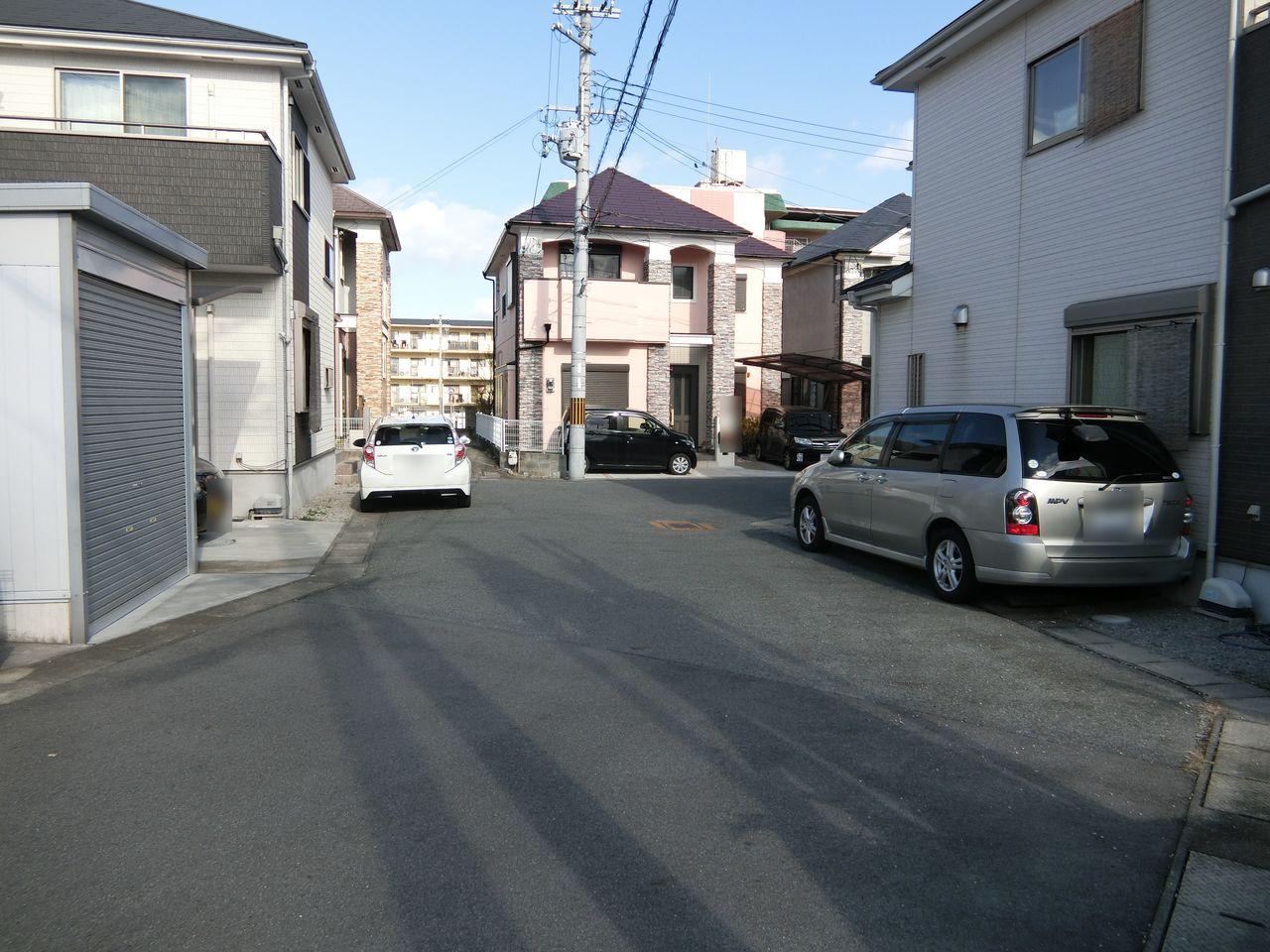 前面道路幅約6m。 大型車でも出し入れ楽々です。
