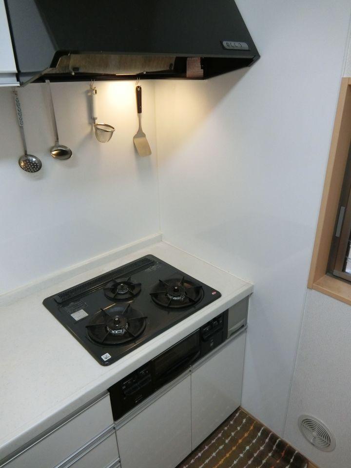 3口コンロでお料理がはかどります。 白を基調としたさわやかな印象のキッチンです。