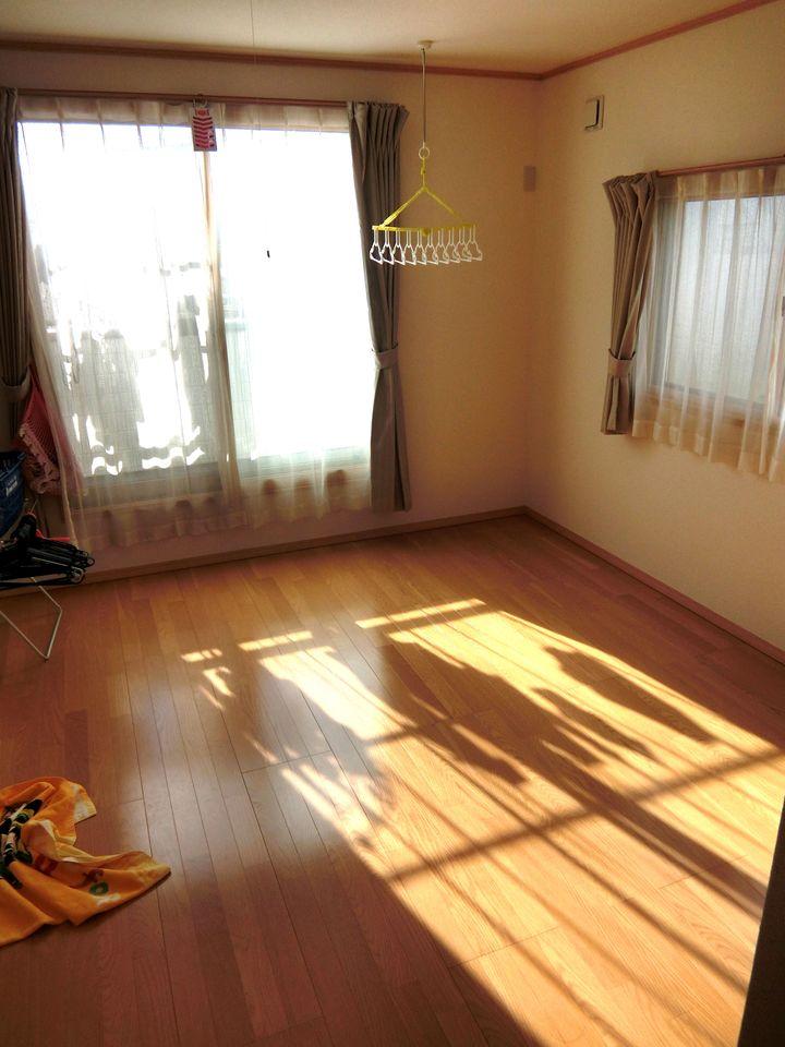 全室2面採光の明るいお部屋です。 南側の洋室はバルコニーに面しております。