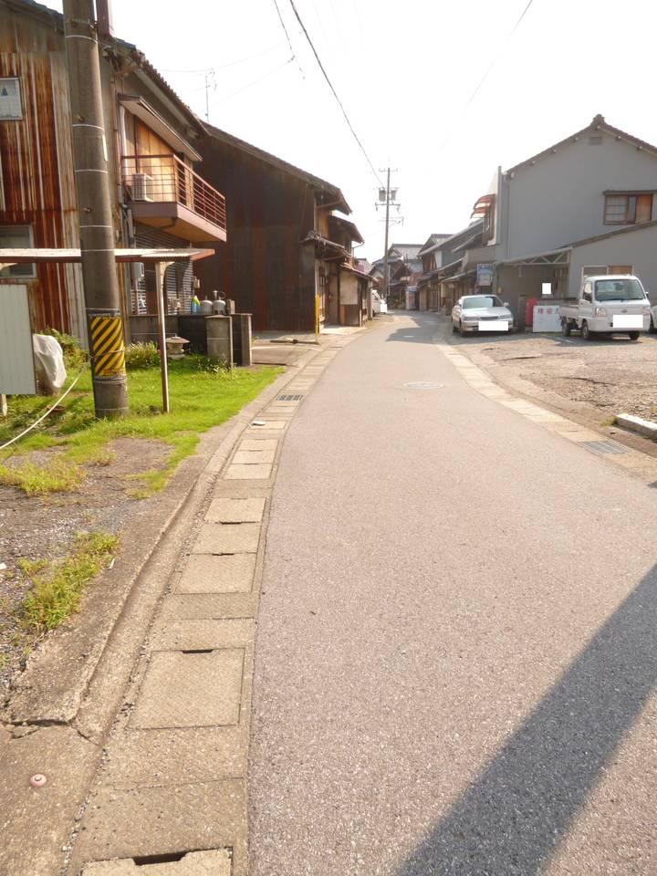 北側から西側前面道路を撮影