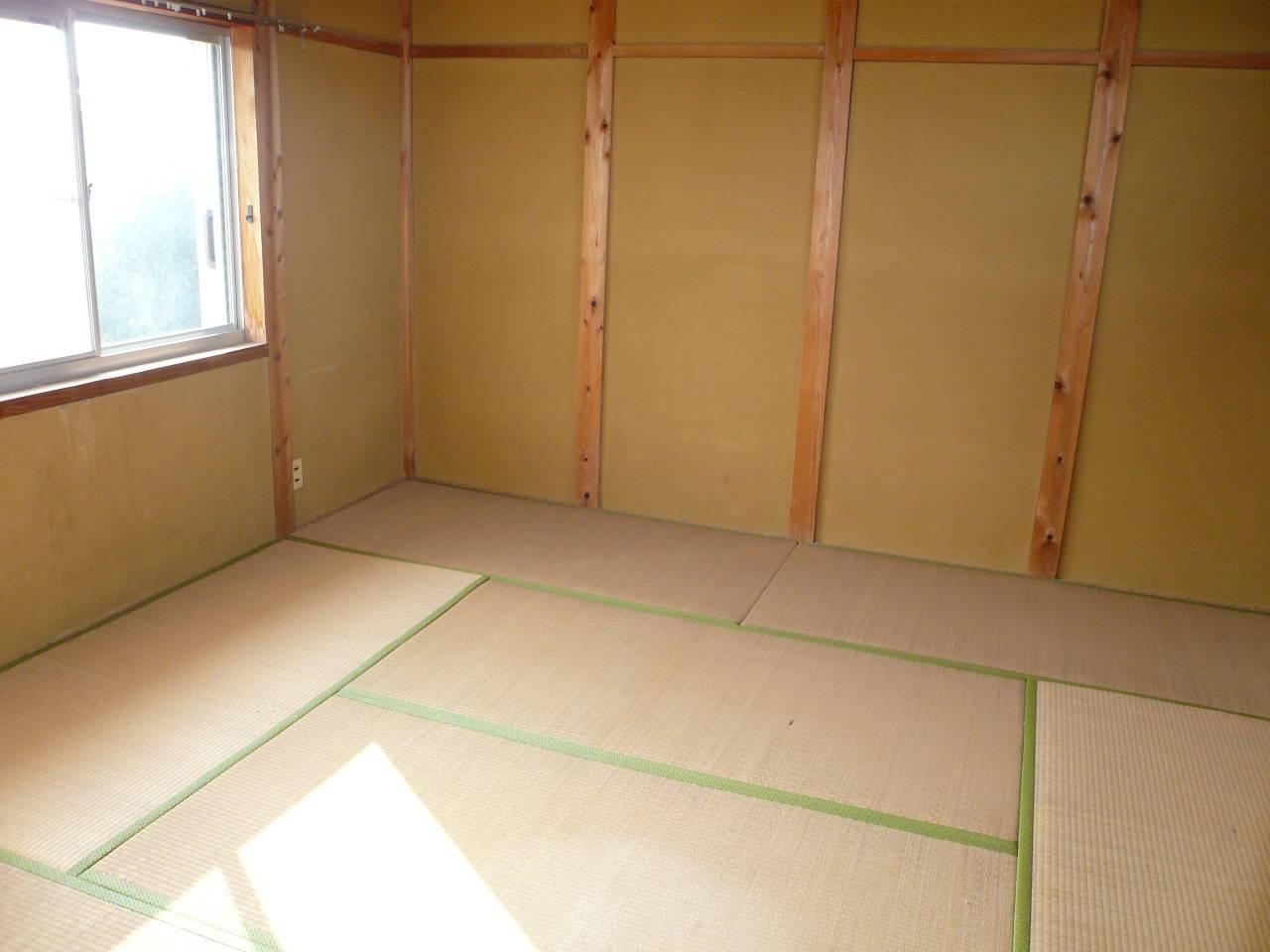 2階8畳の和室。南と北に窓があるので、光と風が通り抜けます。