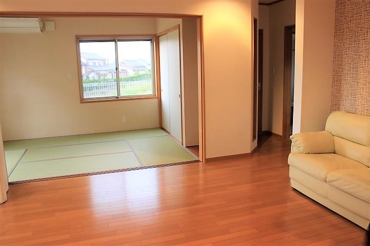 LDK20.5帖の奥には6畳の和室があります。開放感がちがいます!