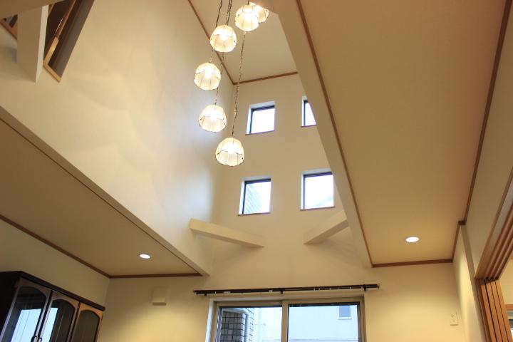 吹き抜けが特徴のリビング 窓が多いので室内はとても明るいですよ