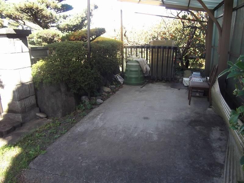 古家の南側の車庫を撮影