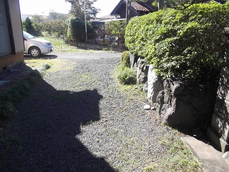 古家南側の通路 東から西に向かって撮影