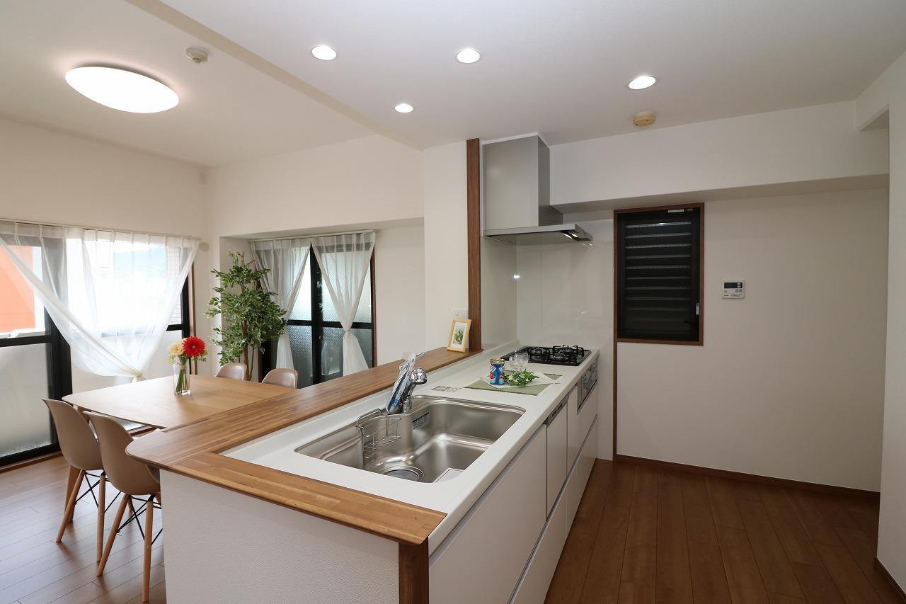平成29年にシステムキッチンも新調されています。 食器洗浄乾燥機を設置した対面式です。 リビングのご家族とお話しながら お料理をお楽しみ下さい。