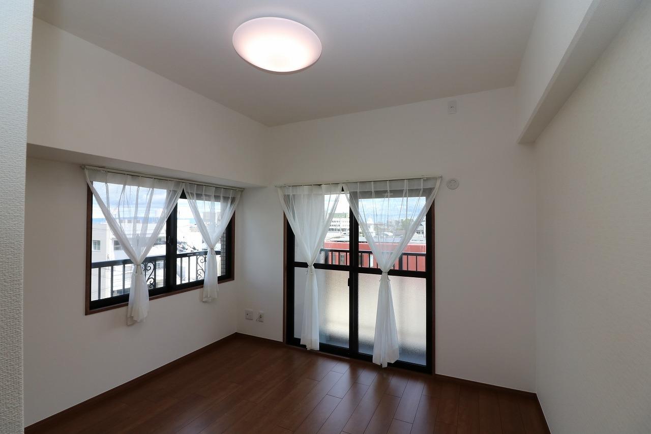 2面採光の明るいお部屋。 照明器具・カーテンも価格に 含まれております。 床と壁は貼替済!