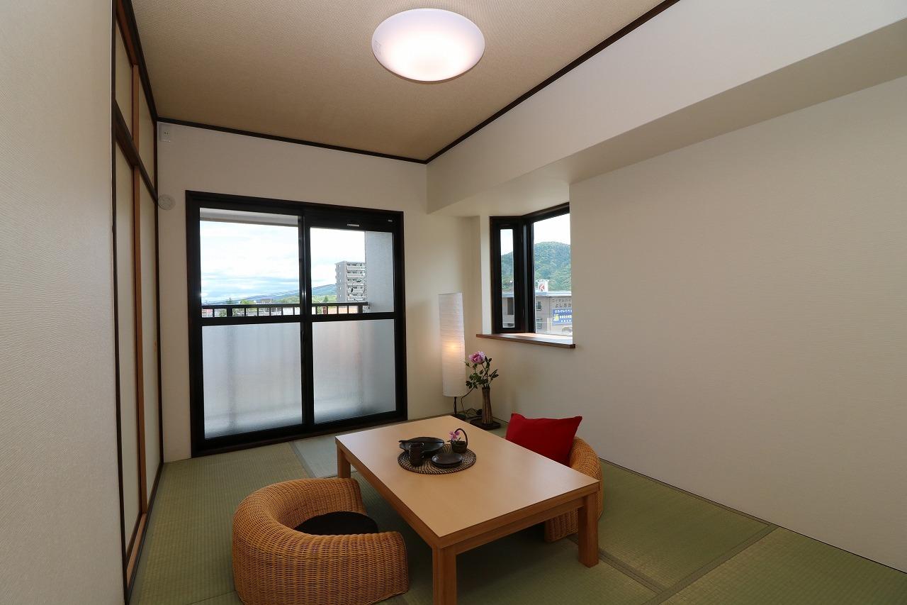 6帖の和室にもベランダがございます。 2方向の窓があり、風通しも問題ありませんね。 家具・小物付きです。