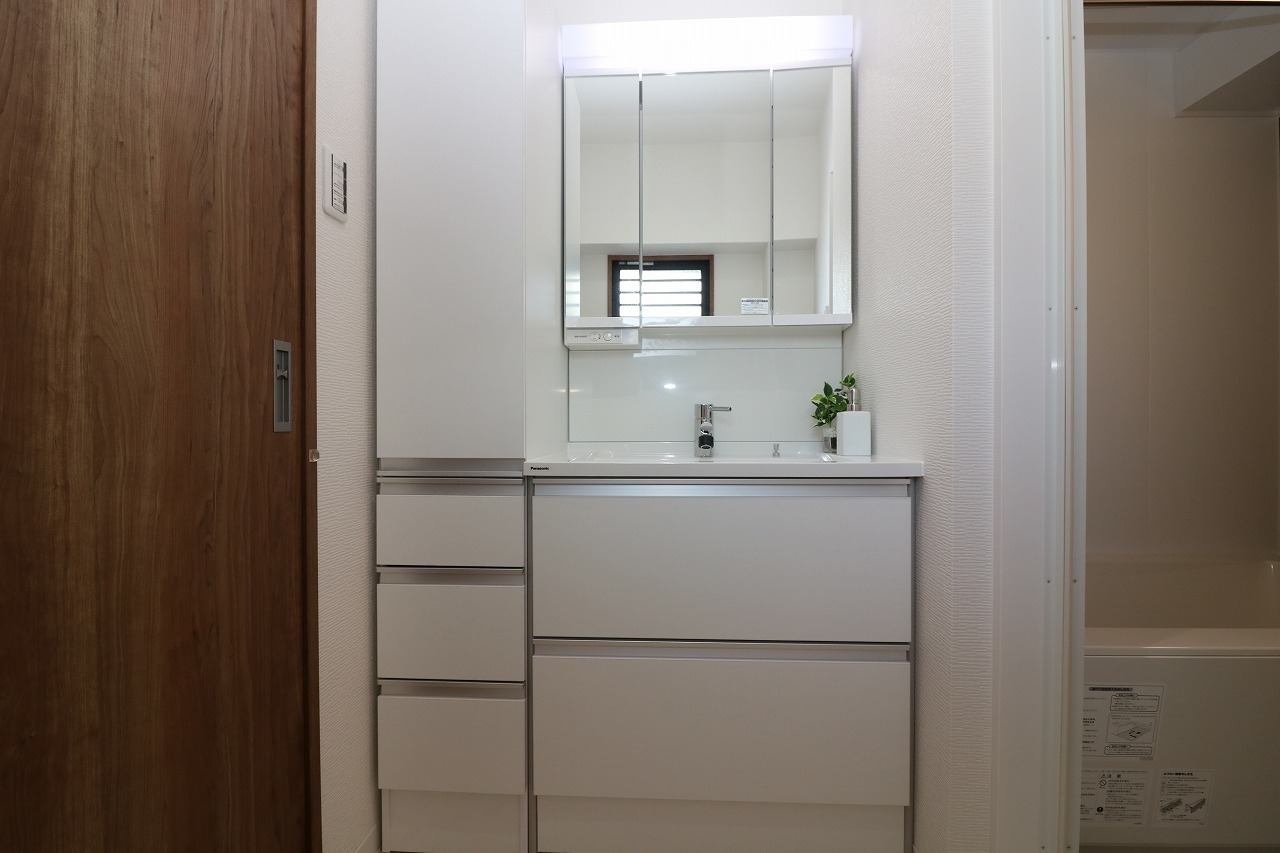 洗面化粧台はシャワー付きに新調されております。 引き出し収納はタオルや日用品の定位置に ぴったりです。