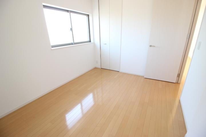 2階 6畳洋室 心地よい光が差し込む居室です