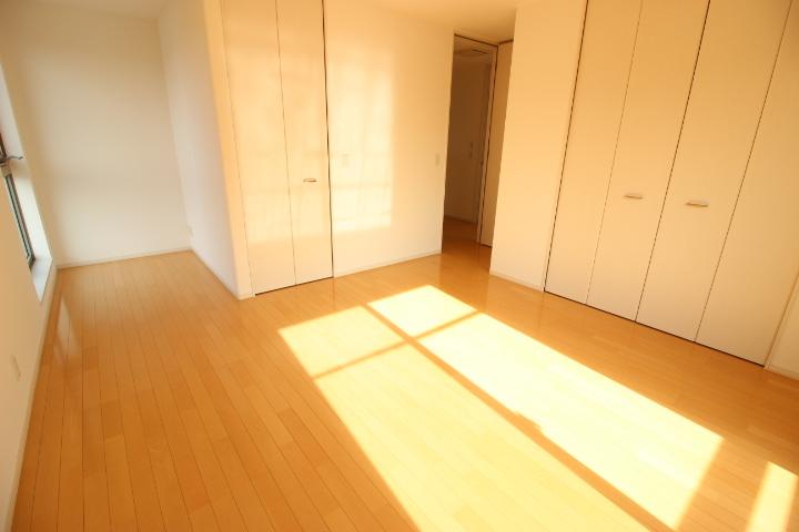 2階 8.5畳洋室 クローゼットとウォークインクローゼットが備わった収納力のある居室です