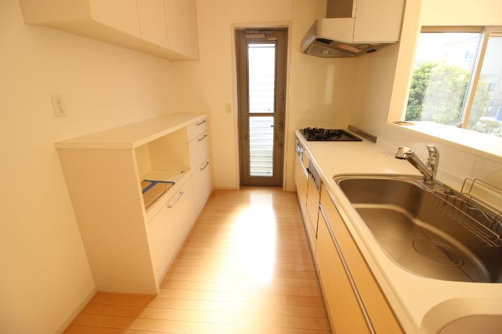 収納が豊富で採光窓のある明るいキッチンです。