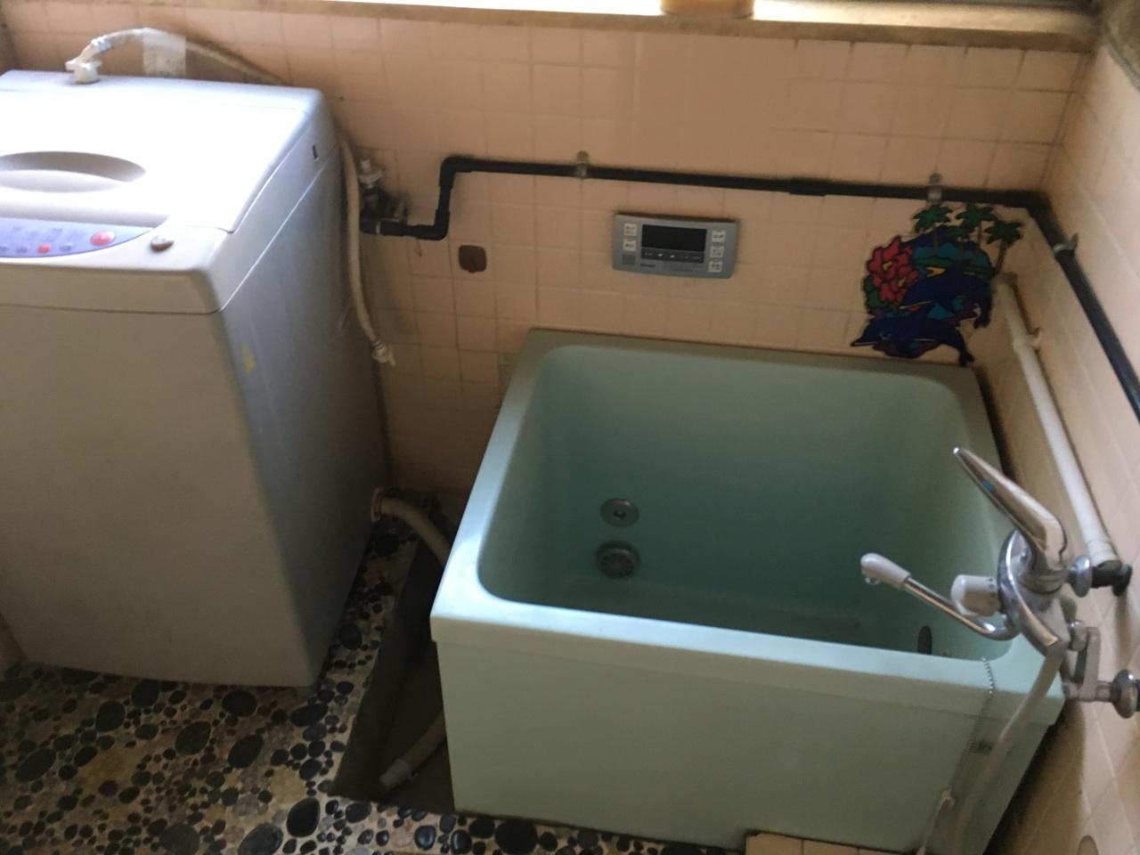 浴室内に洗濯機置き場があります。