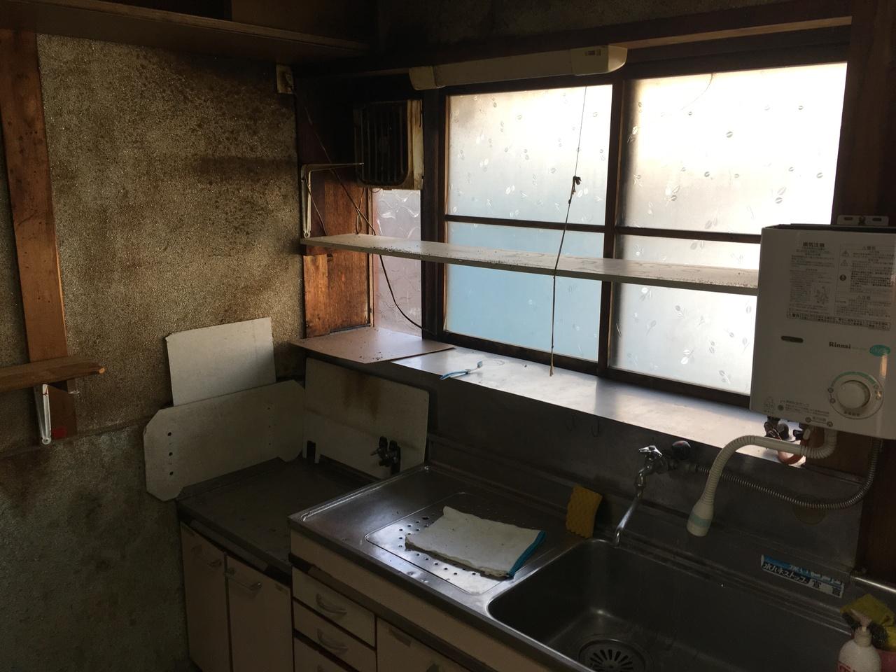 大きな窓がキッチンを明るくしてくれます