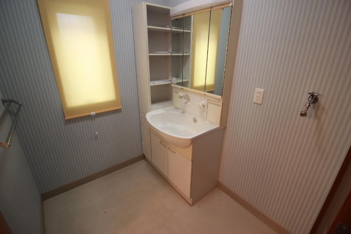 明るい印象の洗面所 収納力のある洗面台 窓もあるので換気もしっかりできます