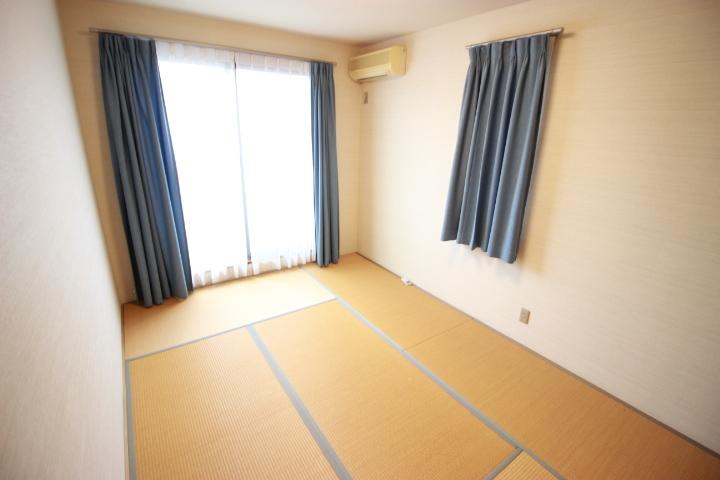 2階洋室です こちらのお部屋にはウォークインクローゼットが付いているので 収納には困りません