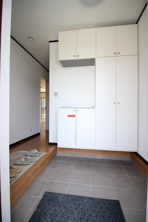 ゆったりとした玄関にはシューズクローゼットが付いているので玄関をすっきりと使えそうですね