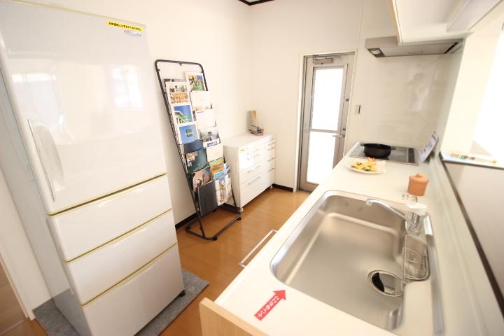 リビングの様子を見守りながらお料理ができるカウンターキッチンは、ゆったりとしたシンクで大きめのフライパンも洗えるサイズです