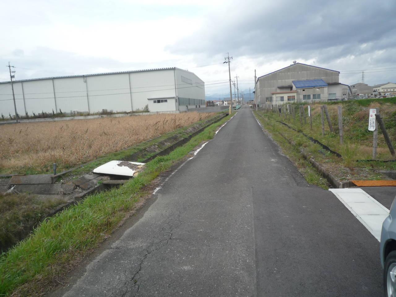 物件西側前面道路 南から北方向に撮影