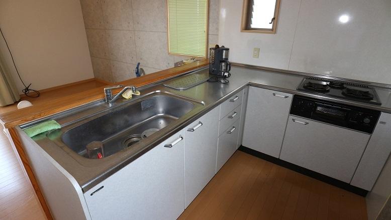 大きなL型キッチンは、作業スペースを広く使えるのが魅力。散らかりがちなキッチンも、すっきり使えます。