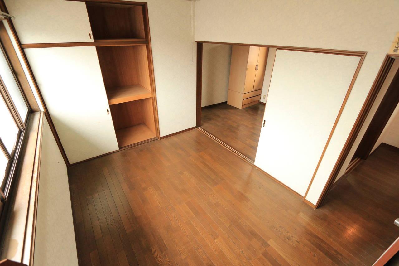 収納も備わった洋室。