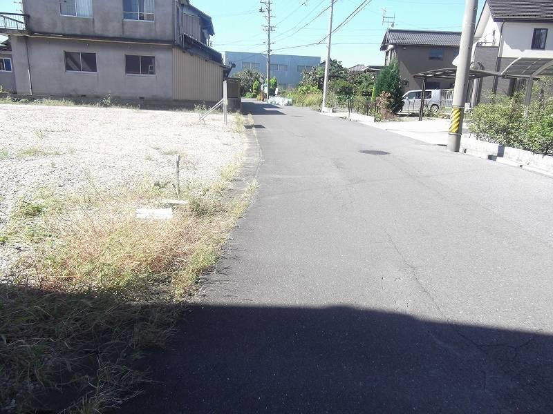 物件北側の道路 東から西に向かって撮影