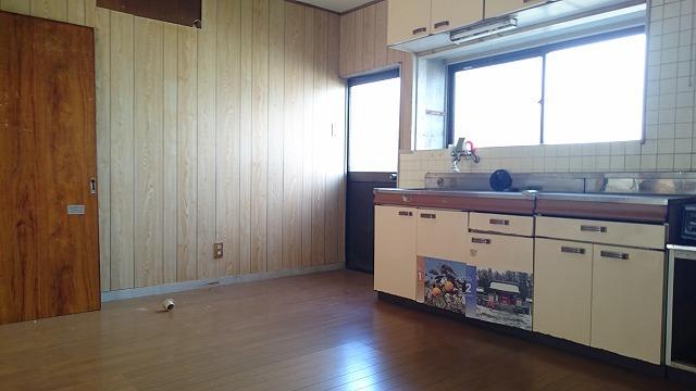 キッチンには勝手口があり、重い食材も車から直接運べます。
