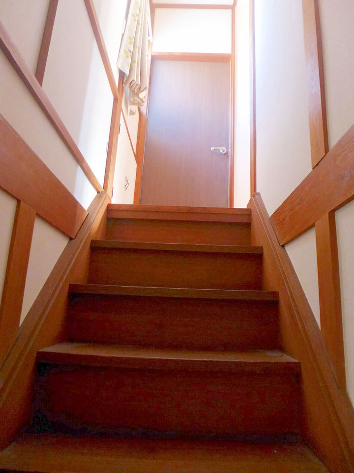 階段上にも窓があり、光の差し込む階段です♪。