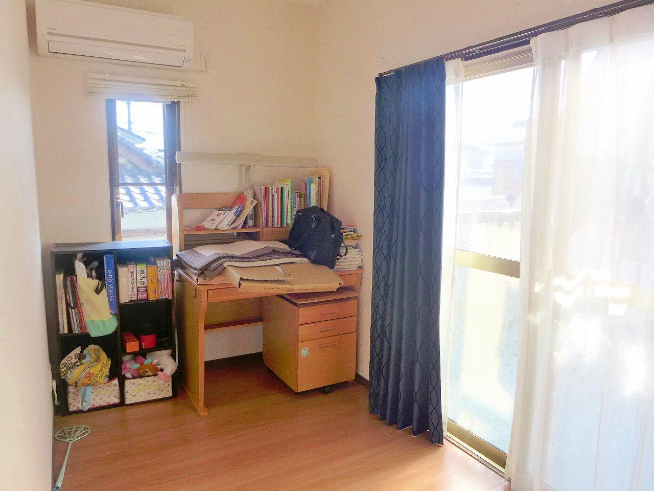 2階約4帖の洋室です♪。バルコニーに続く大きな窓がついてます♪。