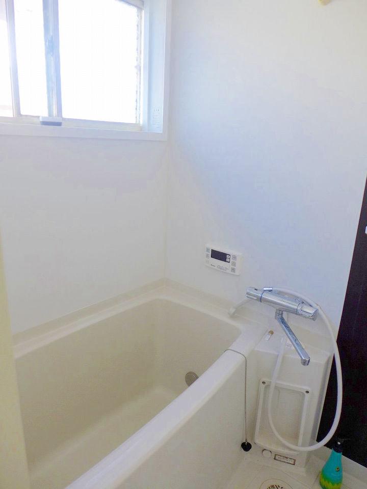 ゆったり浸かれるお風呂は、自動湯沸し器がついてます♪。
