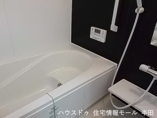 癒やしのバスタイムを演出。窓付き・浴室乾燥暖房機つきの機能的なシステムバスルーム。