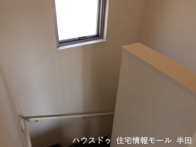 小窓からの陽光が階段を照らしてくれます