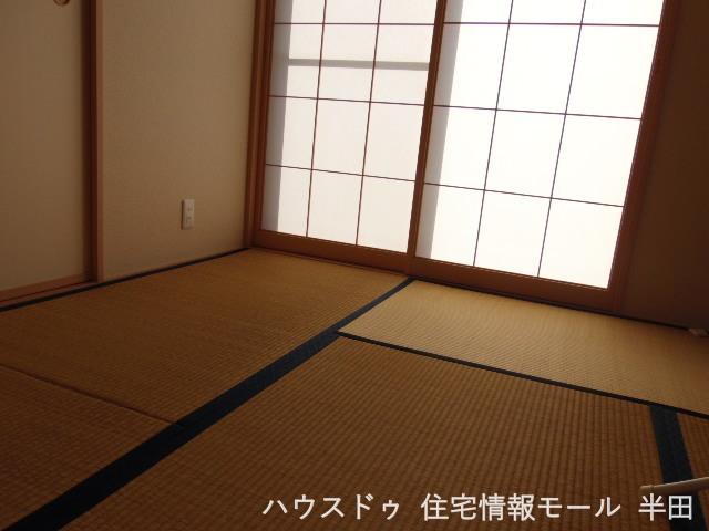 和室でホッと一息 落ち着いてお茶でも飲みませんか 扉を開放すると隣のリビングとつなぐことができるため開放的な空間になります