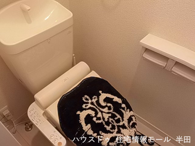 温水洗浄便座付きのトイレです。トイレは1階2階にあるのが便利なポイント