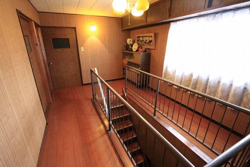 2階廊下はスペース広々。共有の物を置いても良いですね。