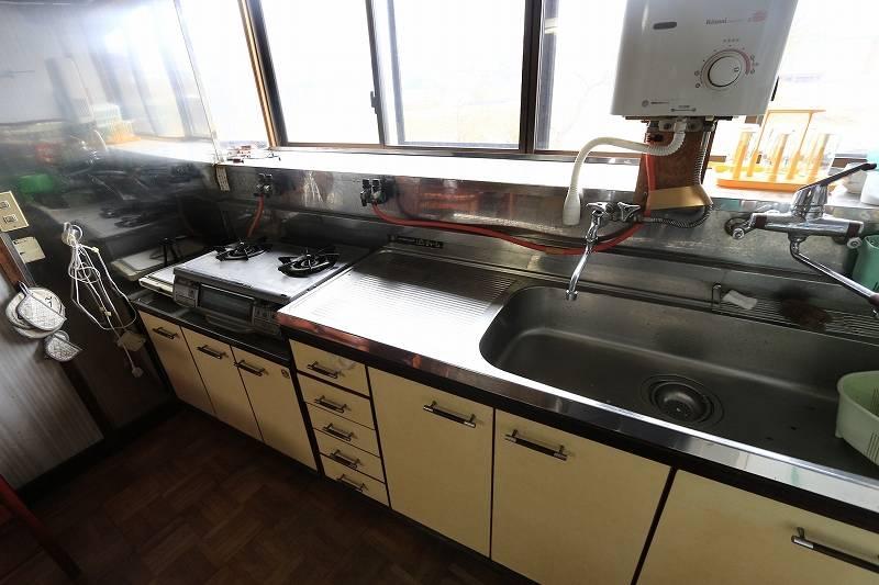 大きな物から小さい物まで、細かく収納できるキッチン台です。