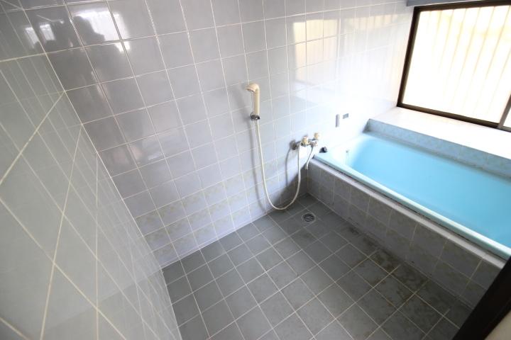 窓付きの明るい浴室 換気もしっかりできます