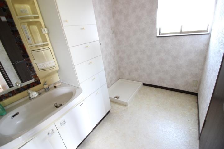 防水パン付き洗濯機置き場 可愛いらしい雰囲気の洗面所ですね