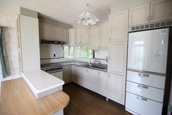 あると便利な勝手口付き キッチンは収納も豊富です